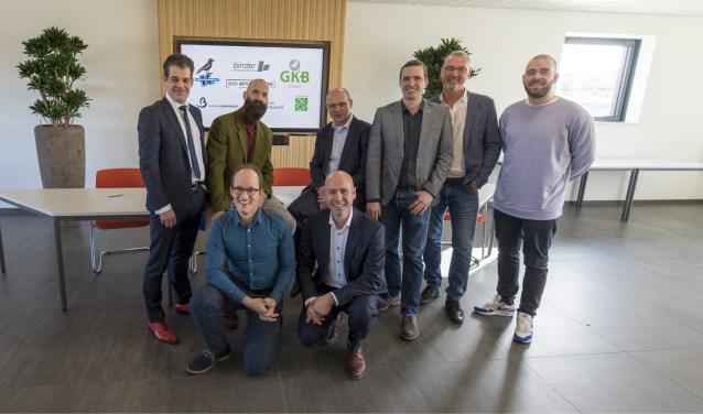 Achter: Henk Klaucke (lid directieraad BAR-organisatie), Hans van den Brule (directeur NV BAR-Afvalbeheer), Arjan Kraaijveld (directeur GKB-groep), Teunis Kraaijeveld (directeur Kraaijveld's Aannemerij), Ron Luyk (adjunct-directeur Binder Groenprojecten), Derek Otte (stadsdichter Rotterdam)   Voor: Michiel Sträter (projectleider Stichting Lezen & Schrijven) en Pieter Boot (directeur Delken & Boot)