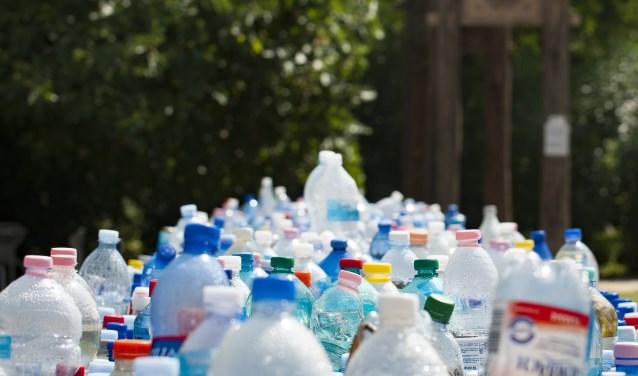 Lege plastic flesjes worden vaak achteloos weggegooid. Opruimen en inzamelen, is het devies.
