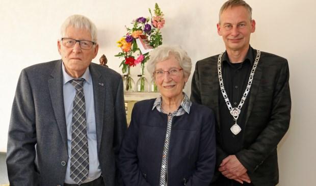 Locoburgemeester Arjen Rijsdijk kwam het jubilerende echtpaar feliciteren. Eigen foto