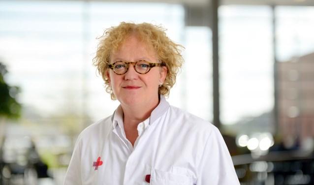 Mieke Kerkhof verzorgt dinsdag een lezing over geboorte en sterven in de bibliotheek van Waalwijk.