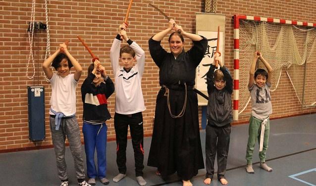 Sempai Marianne Beukenkamp met de 5 jongsten van haar Maarnse iaido leerlingen. FOTO: Hanny van Eerden