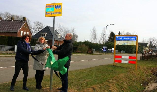 Burgemeester Marleen Sijbers onthult het bord samen met Doreen de Hoog en Jos van Duren. (persfoto)