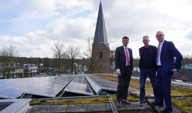 De wethouders trotseerden hun eventuele hoogtevrees en namen een kijkje op het dak van het cultuurhuis. FOTO: Ellis Plokker