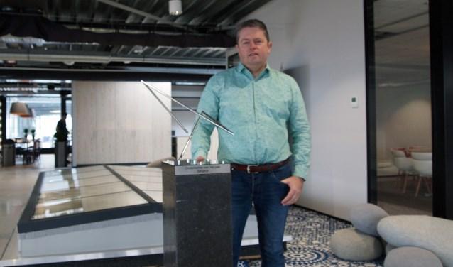Pieter Bax poseert met de trofee 'Ondernemer van het jaar 2017' voor een van zijn 'lichtstraten' in zijn nieuwe bedrijfspand aan de Leemskuilen in Westerhoven.