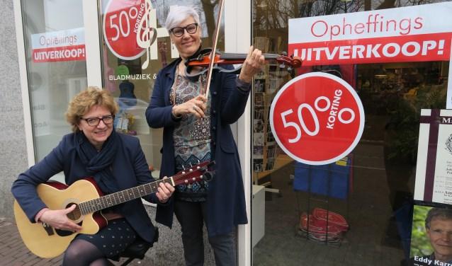 Marianne van Hooren (links) en Erna van Hees krijgen veel reacties op het nieuws dat de muziekhandel gaat sluiten. (Foto: Marian Vreugdenhil)