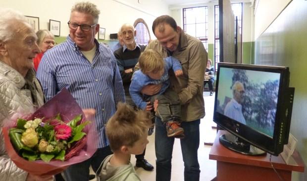 De weduwe van Sjef Vugts opent in het Huis van Waalwijk de tentoonstelling ter ere van haar man.