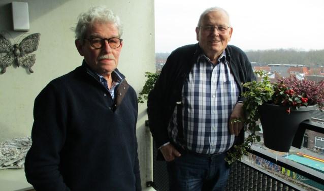 Jos Notenboom (links) en Jan van Hest roepen senioren in hun wijk op lid te worden van de KBO. Foto: Aldert van der Burg