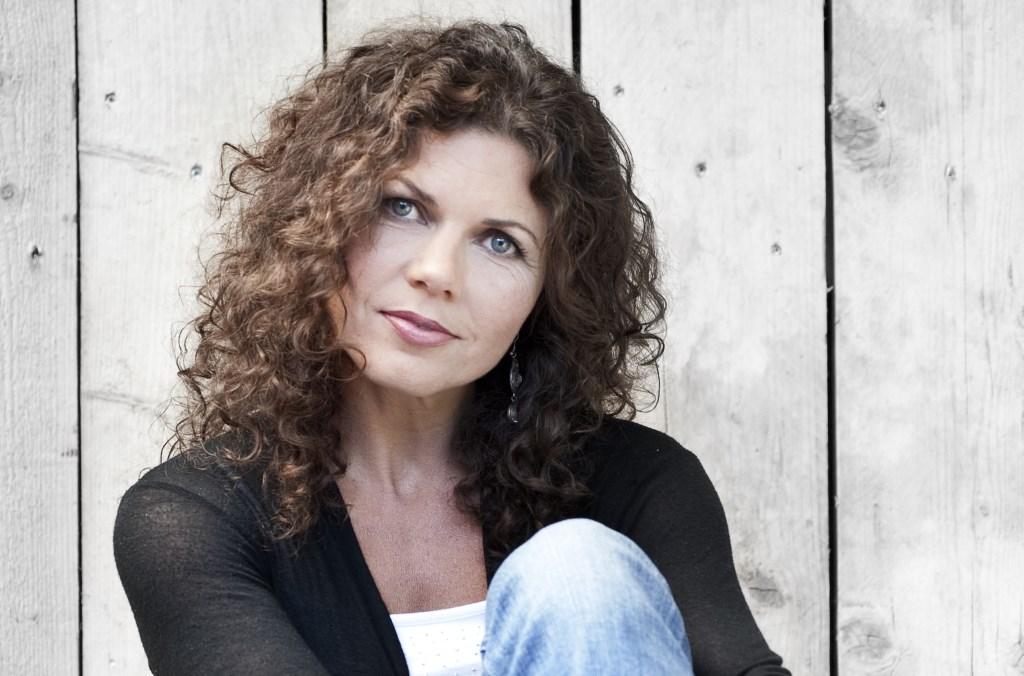 Schriijfster Bettina Drion heeft zich verdiept in de gevoelens van een joodse vrouw die als baby is ondergedoken.