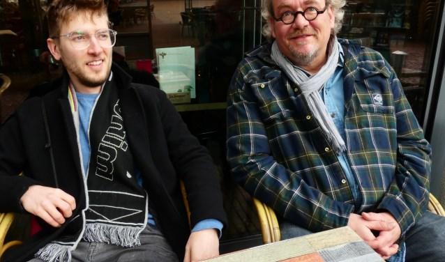 Róman Kienjet en Remko Schotsman voor het theater waar hun exposities te zien zijn. (Foto: Adriënne Nijssen)