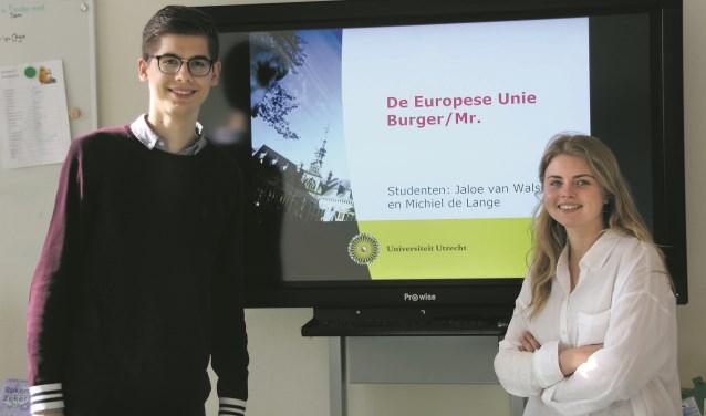 Studenten Europees Recht, Michiel de Lange en Jaloe van Walsem voor aanvang van hun les op de Werkplaats. Voor beide studenten is de les geslaagd wanneer zij hun enthousiasme over de EU op de leerlingen kunnen overbrengen.  FOTO: Astrid van Walsem