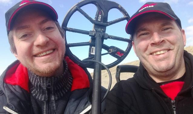 Martin van Hees en zijn collega speurden het strand af en zoeken nu de eigenaar van een trouwring.