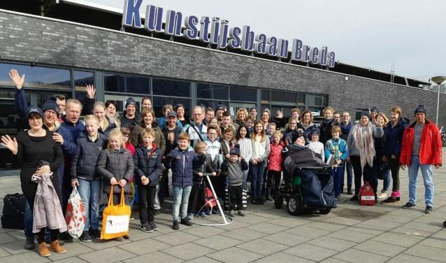 54 schaatsliefhebbers reisdenmet de bus naar de kunstijsbaan in Breda. (Foto: Privé)