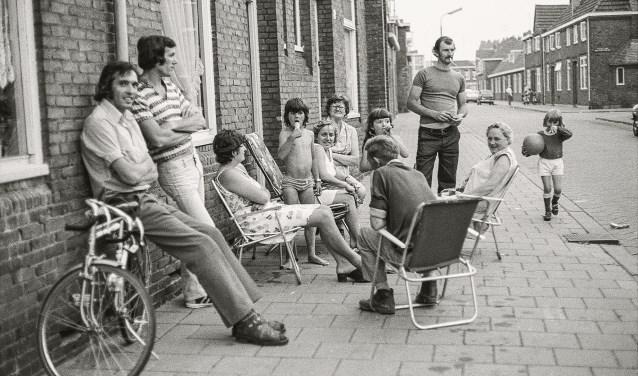 In de zomer van 1975 trok fotograaf Jan van oevelen door Broekhoven om het straatleven vast te leggen. Kinderen die cowboyke speelden of fikkie stookten, tieners op een Kreidler-bromfiets of rond hun transistorradio op het Stuivesantplein. foto: Jan van Oevelen