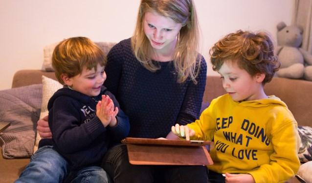 Kinderen komen steeds vroeger in aanraking met digitale apparaten. (foto: Biblioplus)