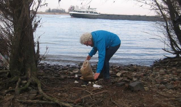 Marijke van der Donk ruimt zwerfafval op in de uiterwaarden. FOTO: eigen foto