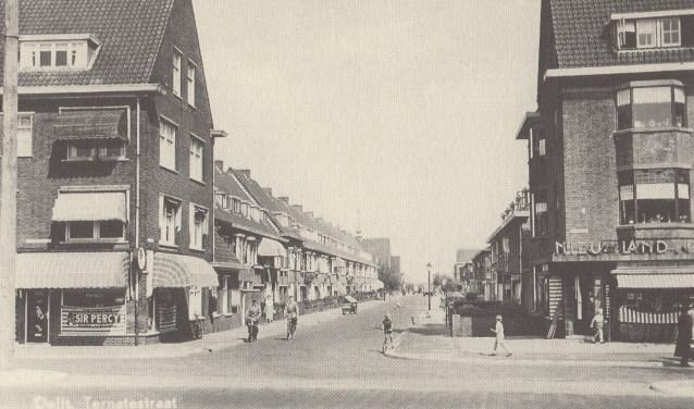 De Ternatestraat met rechts de foto van Bakkerij Nieuwland Post, links het sigarenmagazijn van A M van Riet. Beiden al jaren afgebroken.