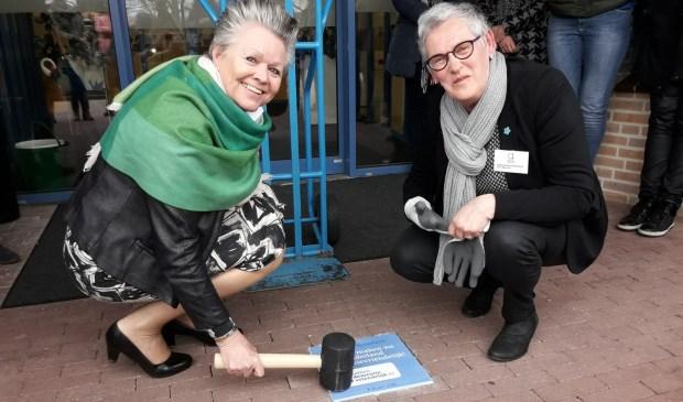 Donderdag ontving wethouder Marijke van Haaren het predicaat uit handen van mevrouw Gerri Bannink van de Stichting Alzheimer Nederland.