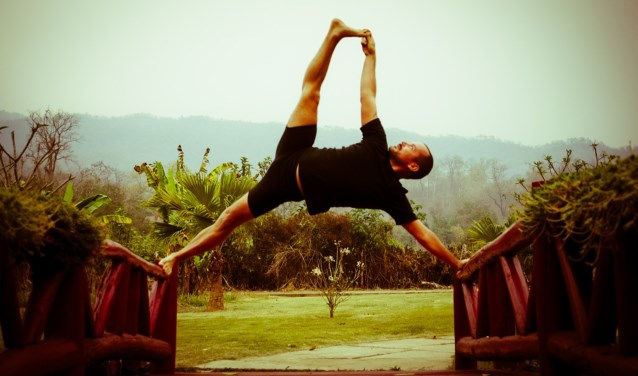 Daniel Strausser geeft de workshops 'het oude yogapad in modern leven' Op het jubileum is een diversiteit aan yogastijlen, de Wim Hofmethode, klankschalenconcert, dans en Indiase klassieke muziek. (foto pr)