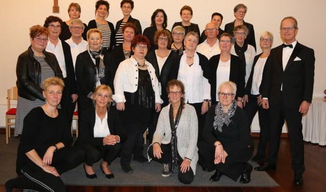 Het Ritmisch Koor in Babberich bestaat 50 jaar. Dit jubileum wordt gevierd met een eigentijds passieverhaal met een muziekensemble en gastmuzikanten. Het koor staat onder leiding van dirigent Theo Barten (rechts). (Foto: PR)