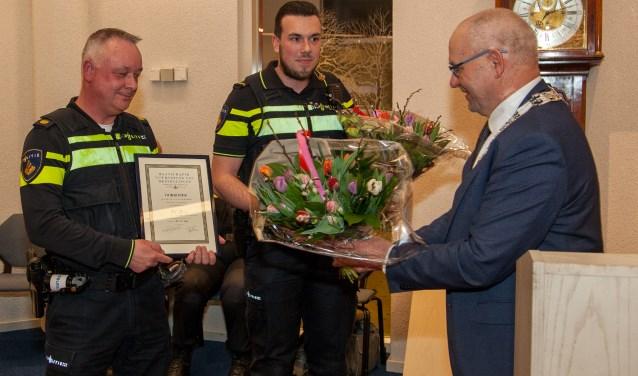 Politieagenten Rick Keizer en Peter Bodde hebben afgelopen maandag een onderscheiding gekregen. (FOTO: Cees van Meerten)