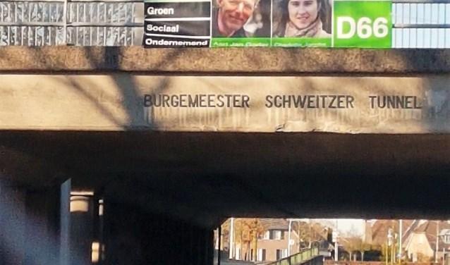 De banner boven de burgemeester Schweitzer tunnel in Vlijmen.