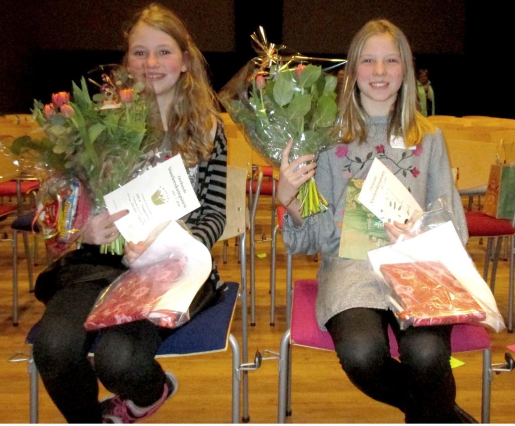 Amélie Timmermans en Luna Herder gaan door naar de Overijsselse voorleeskampioenschappen op 11 april.