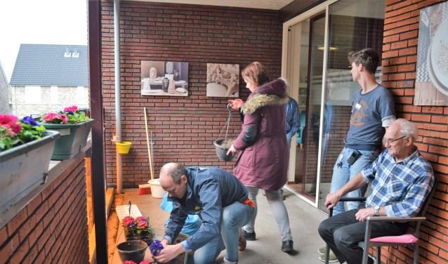 Bewoners en vrijwilligers zetten samen de verhoogde moestuin voor verpleeghuis Judith Leysterhof in elkaar. (Foto: Privé)
