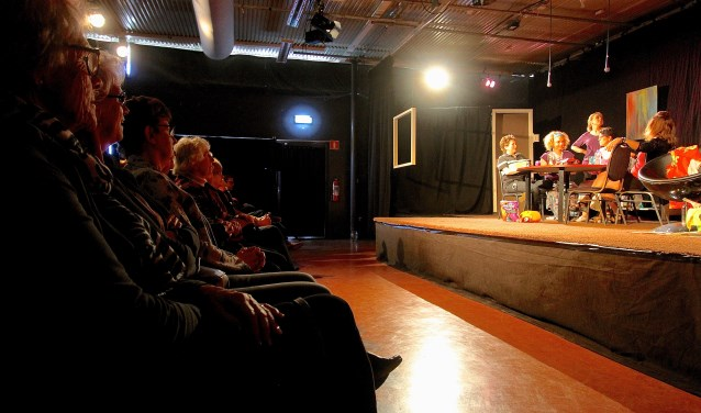 In de volle zaal van cultureel centrum De Kinkel in  Bemmel speelt de nieuwe toneelgroep Sur Scène haar eerste voorstelling. De groep wil in de toekomst ook op locatie optreden. (foto: Kirsten den Boef)