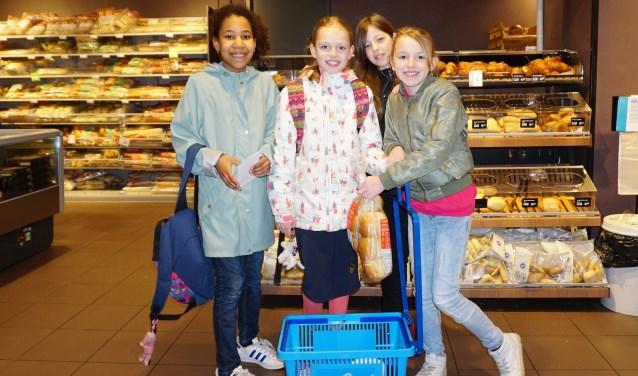 Luca, Maaike, Michelle en Bente doen inkopen voor de lunch bij AH. FOTO: Ellis Plokker