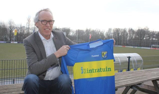 Voorzitter Ger ten Asbroek met het nieuwe shirt van Sportclub Lochem, die alle leden vanaf zaterdag 3 maart verstrekt krijgen. (Foto: Arjen Dieperink)