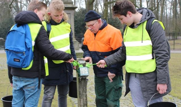 Leerlingen van Reggesteyn zijn met emmers water en borstels op pad gegaan om de jaarpalen weer toonbaar te maken.