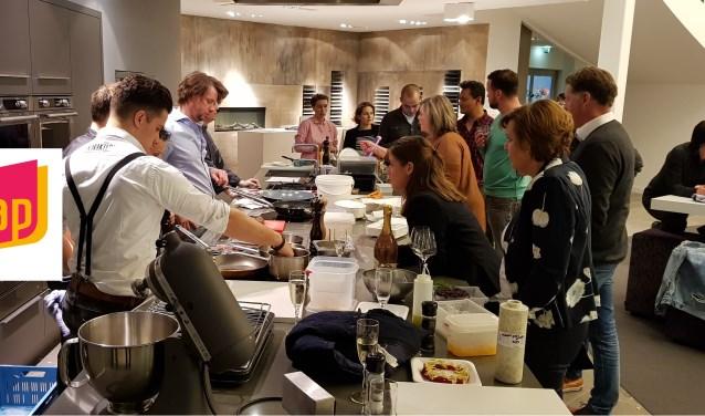 Het nieuwe logo (links), ontworpen door Staet van Creatie, werd gepresenteerd tijdens een bijeenkomst van koks.In het bedrijf CVT-keukens (ook een sponsor) maken de deelnemende koks de gerechten klaar die door de jury worden beoordeeld.