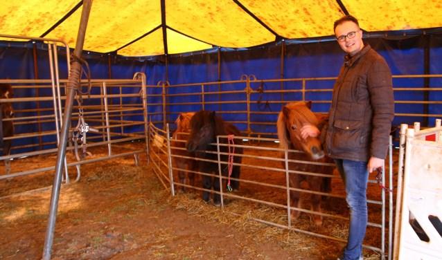 Lennart Schoppers regelt niet alleen de complete tournee van Circus Bernardo in Nederland, inclusief de publiciteit, maar treedt zelf ook op als clown. Hij doet het allemaal met veel plezier. (foto: Elsie Schoorel)