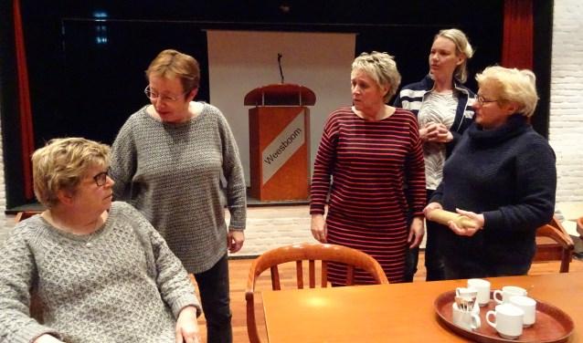 v.l.n.r. Loes van Glabbeek, Gerda van Steenbergen, Clementine van Hemert, Coby van Hemert, Monique Grandia. In het stuk staan de gemeenteraadsverkiezingen centraal.