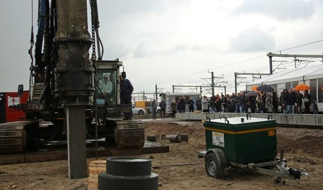 Wethouder Ten Hagen nam plaats in de heistelling en sloeg de eerste paal de grond in. Foto: Alex de Kuijper