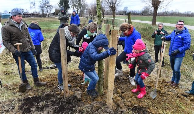 Boomplantdag aan Wehlse broek. Links staat Lodewijk Hoekstra. (foto: Roel Kleinpenning)