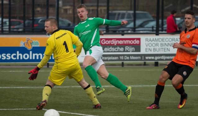 Tom ter Hogt lijkt te scoren voor HSC'21, maar de bal gaat net naast. Foto: Wim Busschers