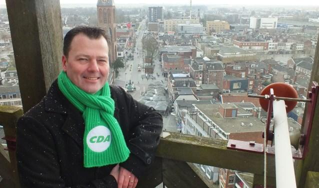 """Marcel Elferink: """"Als ik door Hengelo rijd en de stadhuistoren zie, voel ik me thuis. 's Avonds zijn de verlichte torens van het stadhuis en de Lambertusbasiliek bakens in de stad."""" Foto: Gemeente Hengelo"""