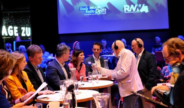Het door Stadsradio Delft georganiseerde stadsdebat werd geleid door Aat Snaterse en Frans van Rijnswou. (Foto: Fred Nijs)