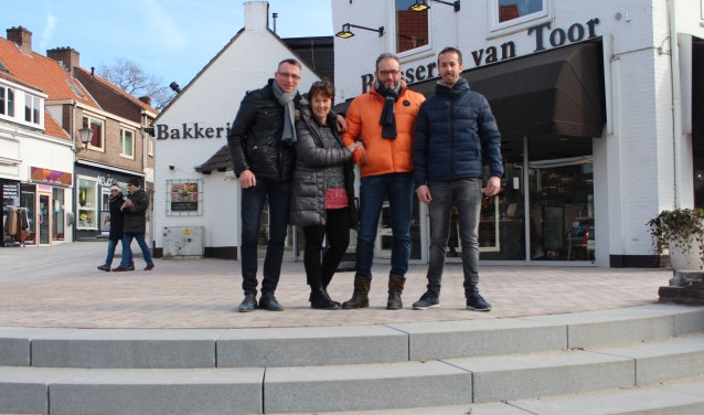 Bestuursleden van de Rhenense ondernersvereniging en ondernemers op de plek waar zaterdag 10 maart de officiële opening van het centrum wordt verricht. (Foto: Henk Jansen)