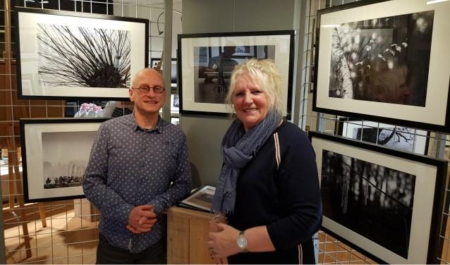 """Han Deunk en Catharina de Fauw voor de expositie 'Zunnerunsels' in Galerie Foto Objectief. """"Om de zes weken zal er een andere expositie te zien zijn."""""""