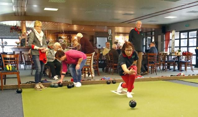 Bij bowls is het de bedoeling om de bowls zo dicht mogelijk naar de jack te laten rollen. Het doet denken aan jeu de boules en curling. (foto: Bert Jansen)