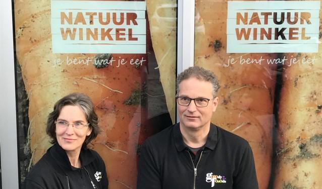 Anita en Ger Mosterman voor de nieuwe belettering van Gooodyfooods.