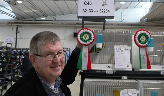 Nijverdaller René Krommendijk behaalde met zijn Catharinaparkieten goud en zilver tijdens de COM Wereldkampioenschappen zang- en siervogels in het Italiaanse Cenesa. Eigen foto