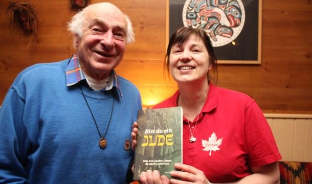 Yvonne Swarthoff ontvangt een getekend boekwerk van Friets Gies.