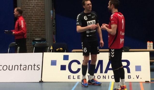 Wouter Pilon praat na de wedstrijd even teleurgesteld na met spelverdeler Rowan van Vreede (Foto: Sanne Westerterp)