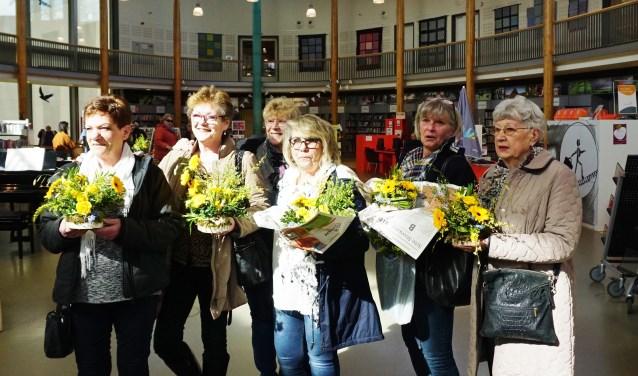 Marja Naus van regiobibliotheek Zuidoost Utrecht (RB-ZOUT) organiseerde een workshop 'Paasstukjes maken.' FOTO: Ellis Plokker