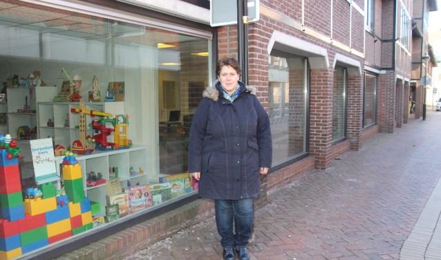 Monique van Baaren voor het pand 'Inloop aan de Aa', aan de Schuttenstraat