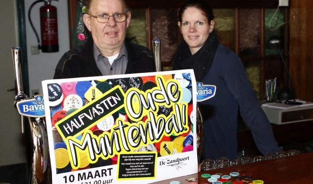 Albert Theunissen en dochter Anita achter de tap van café De Zandpoort. (foto: Bas Delhij)