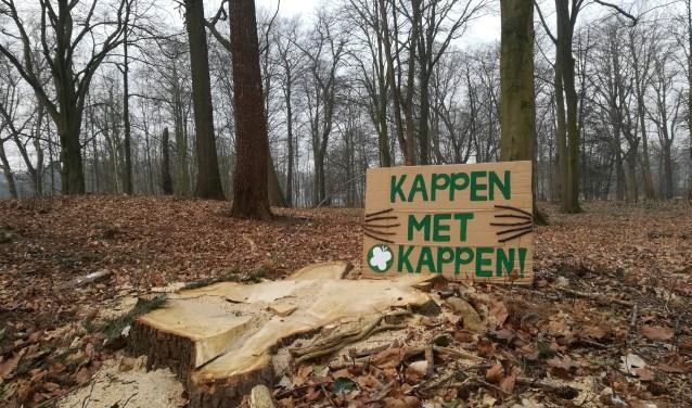 De Partij voor de Dieren voerde zondag actie tegen de bomenkap voor de uitbreiding van Golfclub De Haar.